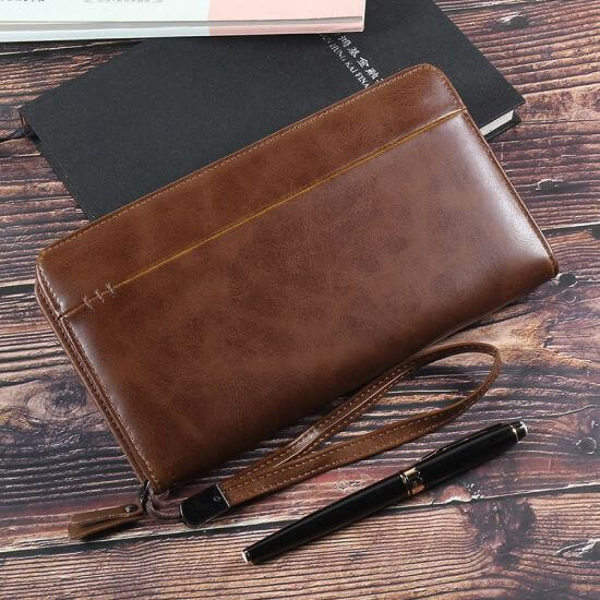 Nên lựa chọn mẫu ví cầm tay nam có màu sắc kiểu dáng phù hợp với phong cách của bạn.