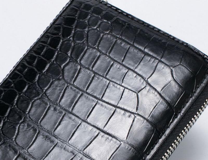 Bề mặt da cá sấu sang trọng của mặt ví F100