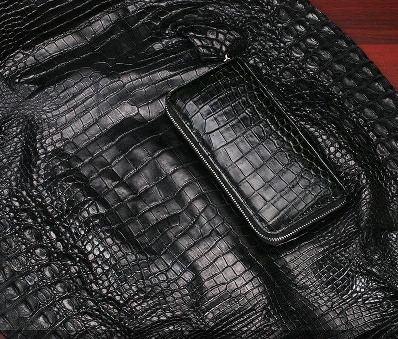 Phần da được lấy để sản xuất mẫu ví nam cầm tay da cá sấu này